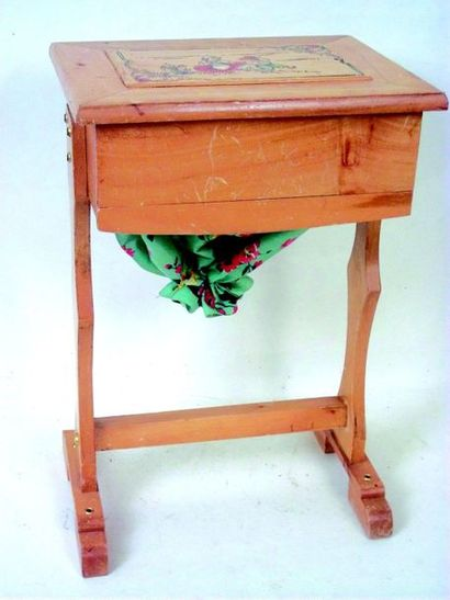 Wood and fabric worker. Fomat 35x23X11 cm....