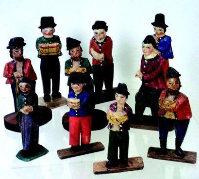 -Groupe de petits personnages artisanaux en bois d'origine russe. H10 c m Group...