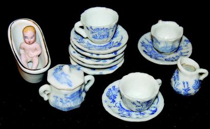 Miniature serving set of very fine quality in small porcelain, including the tureen...