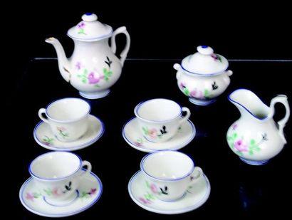 -Petit service à café en porcelaine à 4 tasses et soucoupes bon état. H cafetière...