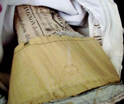 Poupée ancienne en carton moulé de l'époque pré-industrielle avec visage peint sur...