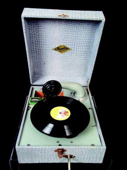 -«Orphee» phonographe d'enfant en bois et métal avec sa boîte.Format:23x28x13 cn....