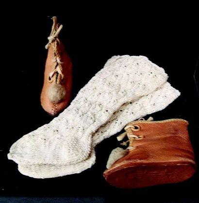 -Paire de bottines couleur miel de marque ALART. Taille 6 + paire de chaussettes....