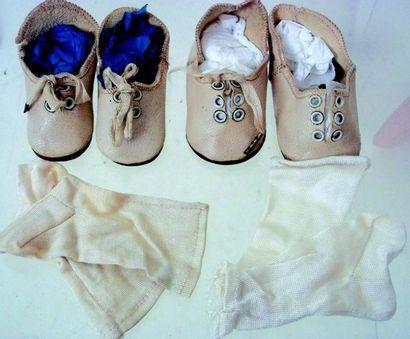 Deux paires de souliers en cuir blanc portent...