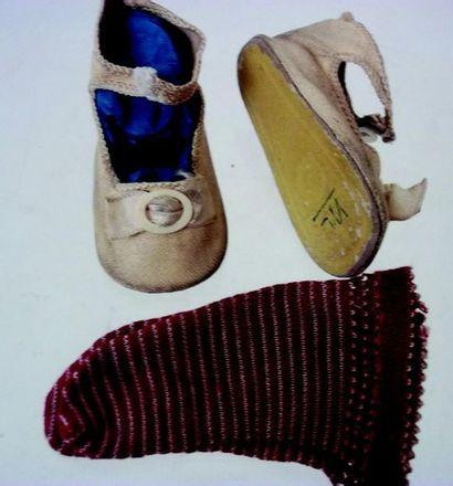 -Une paire de chaussures blanches en cuir...