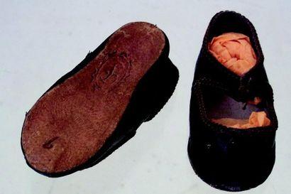 -Une pare de souliers en cuir noir Taille...