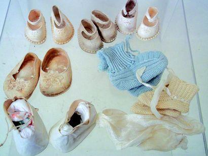 Un lot de 5 paires de souliers en Pvc blancs...