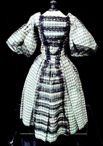 -Robe longue ancienne de poupée à manches...