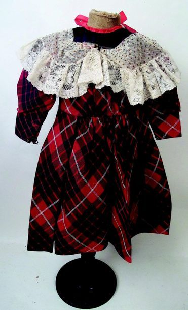 Cotton tartan dress with long sleeves and removable lace collar. H 41 cm.