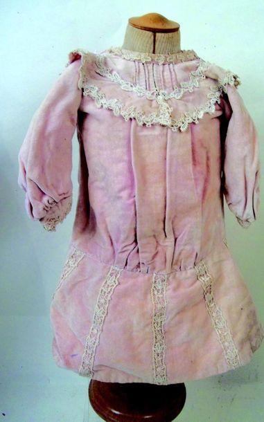 Robe rose en velours avec manches longues....