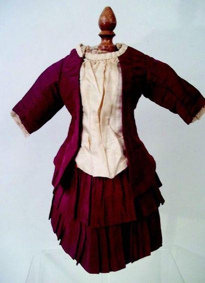 Jolie robe à plis et plastron crème et bordeau...