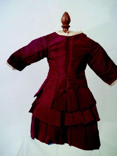 Jolie robe à plis et plastron crème et bordeau en soie doubléee à manches mi longues;...