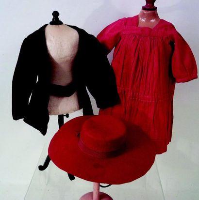 -Robe simple en coton rouge. Carrure 9 cm...