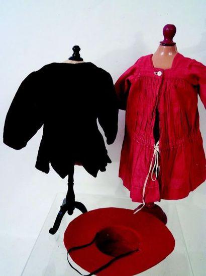 -Robe simple en coton rouge. Carrure 9 cm H 28 cm + chapeau rouge en feutre Simple...