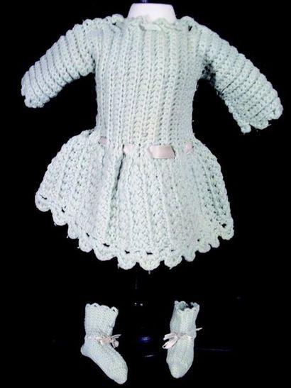 Petite robe en lainage vert pastel, manches...