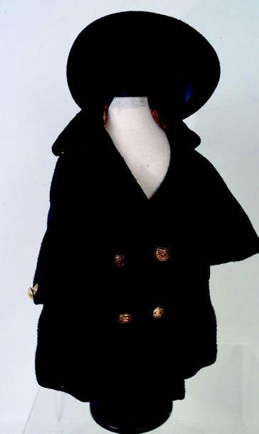 Manteau en lainage bleu marine et chapeau...