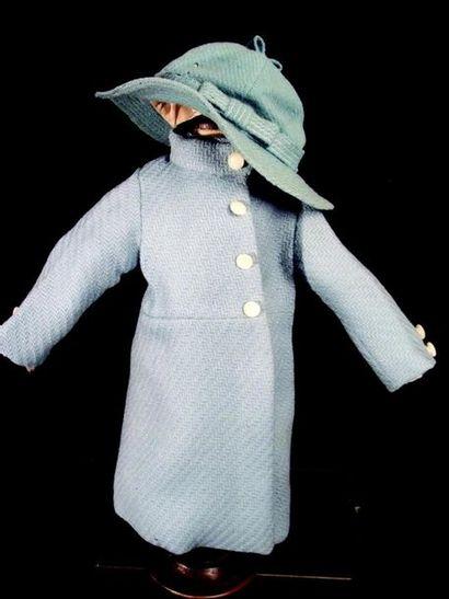 -Manteau en lainage bleu ciel.h 30 cm chapeau. Carrure 15 cm Pale blue wool mantle...