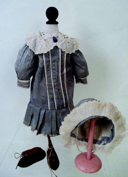 -Robe rayée grise à col dentelle et à manches longues et chapeau assorti + bottines...