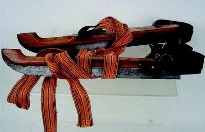 -Rare paire de patins à glace en bois et métal avec fixations en cuir et toile....