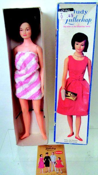 «Judy» la fille aînée en peignoir avec son support et catalogue. Fabrication RE...
