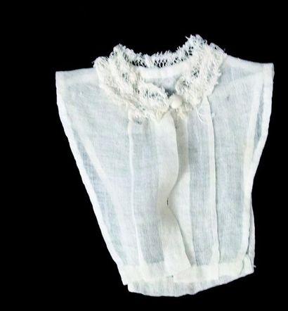 Un corps de fichu à grand col de dentelle pour poupée parisienne. H 10 cm.(1860)...