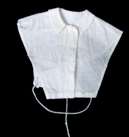 -Un corps de fichu à col simple pour poupée parisienne. H 11cm;(1860) One body with...