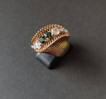 Bague sinueuse en or 18K (750), ornée d'une ligne de deux péridots entre 6 diamants...
