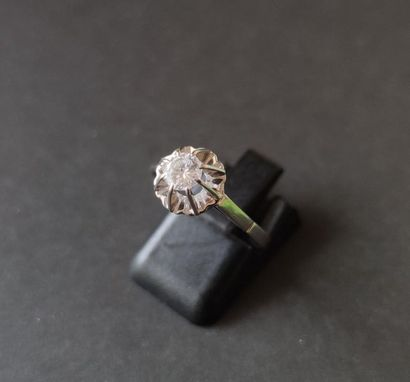 Ring in 18K white gold, set with a round brilliant cut diamond. Finger size: 55....