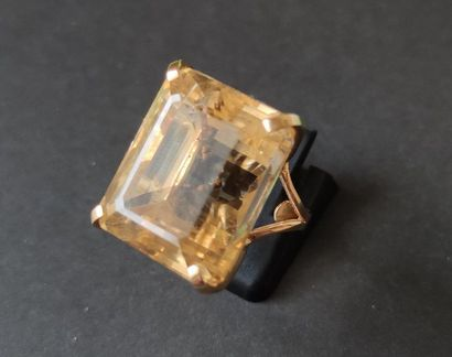18K (750) gold ring, set with a rectangular citrine with cut off sides. Finger size:...