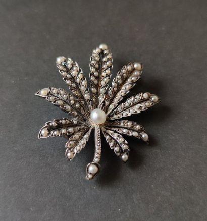 Broche en or 18K (750) et en argent formant une feuille, entièrement pavée de demi-perles....