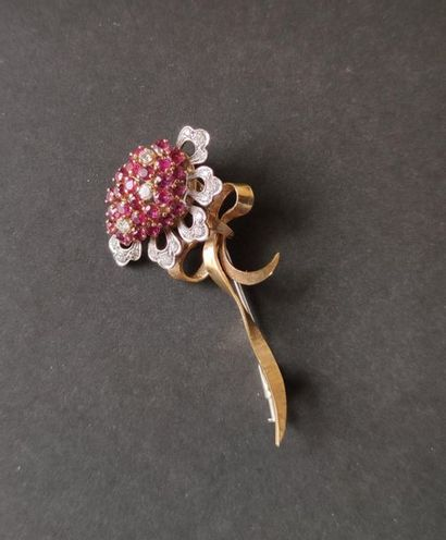 Brooch in 18K (750) white and yellow gold with a flower design, the pistil set with...