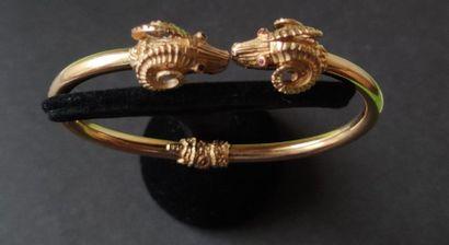 Bracelet en or 18K (750), les extrémités sculptées en protomés de béliers, les yeux...