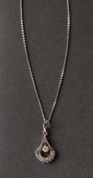 Chaine en or gris 14 K et pendentif en or gris 18 K 780°/°° serti d'un diamant taillé...