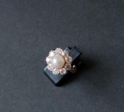 Bague en or rose 750°/00 ornée d'une perle...