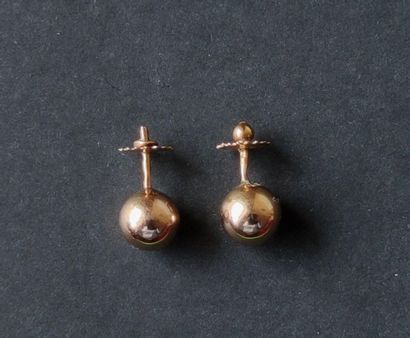 Paire de boucles d'oreilles en boules d'or 18K. Poids : 1,4 g Expert : Madame Vanessa...