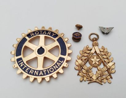 GOLDED GOLDEN METAL PENDANT charm FRANC MACONNIQUE with a square and compass design...