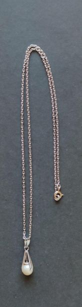 PENDANT in white gold 750°/°°° decorated with a cultured pearl Gross weight : 1.6...
