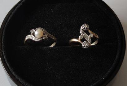 LOT de deux petites BAGUES en or jaune 750°/°° serties d'une perle et d'éclats de...