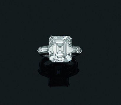 Bague en platine, ornée d'un diamant rectangulaire...