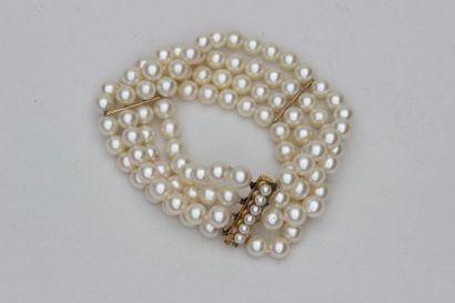 BRACELET à quatre rangs de perles de culture,...