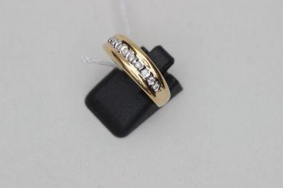 Bague en or jaune 750°/00 sertie d'une ligne de 9 petits diamants taillés Tour de...