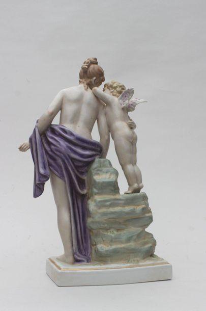 GROUPE en porcelaine emaillée polychrome représentant Vénus drapée appuyée à un...