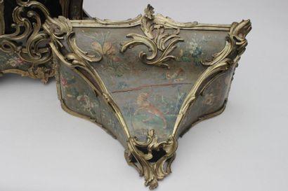 Cartel avec sa console d'applique de forme mouvementée en bois peint à décor fleuri...