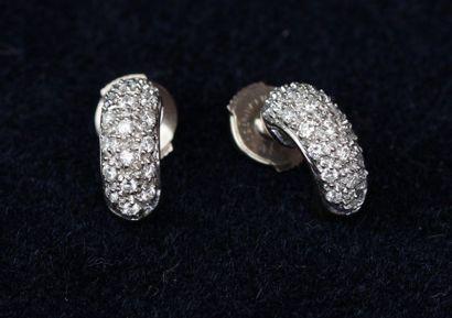 PAIRE de BOUCLES d'oreilles en or gris serties...