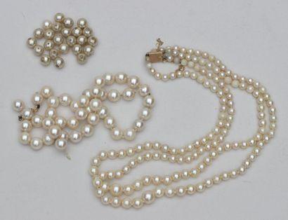 LOT : COLLIER à deux rangs de perles de culture...