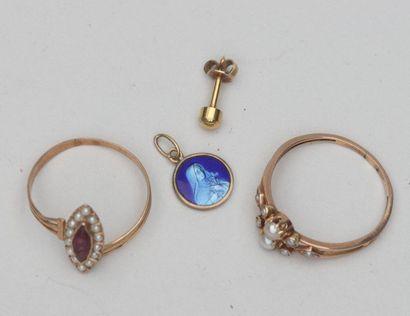 LOT DE DEBRIS D'OR JAUNE 750°/°° avec émail, perles et pierres    Poids brut...