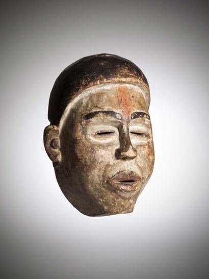 WOYO (Congo)  MASQUE du Ndunga, aux yeux mi-clos dont le visage est enduit de kaolin...