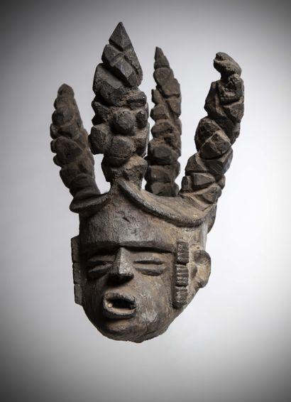 M'BEMBE (Nigéria)  TÊTE en bois lourd à patine noire croûteuse supportant une imposante...