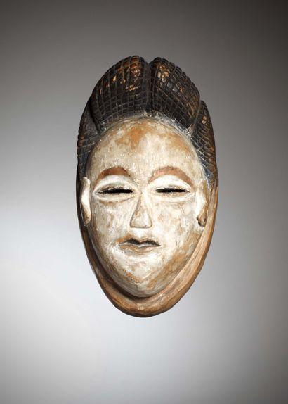 PUNU (Gabon)  Ancien masque blanc de type Okuyi, les yeux ouverts en amande, la...