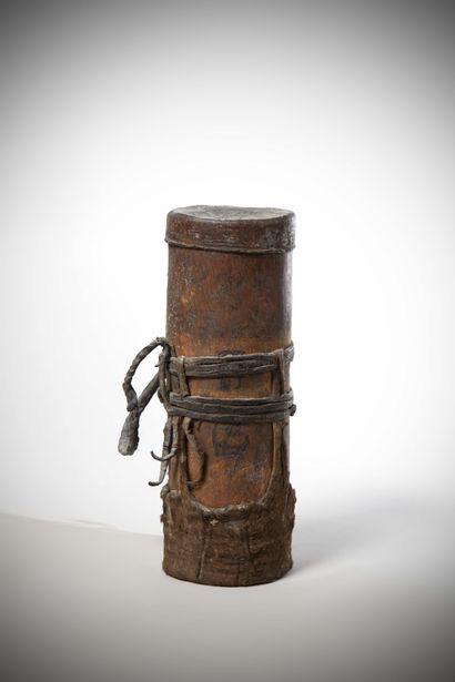 TURKANA (Kénya)  BOITE cylindrique dont les...